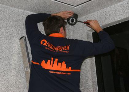 técnico realizando una instalación de cctv